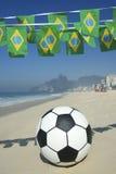 Empavesado de la bandera y playa brasileños Rio Brazil de Ipanema del fútbol Fotografía de archivo libre de regalías