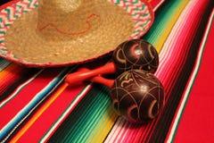 Empavesado de la decoración de Mayo del cinco de la fiesta del fondo de los maracas del sombrero del poncho de México imágenes de archivo libres de regalías