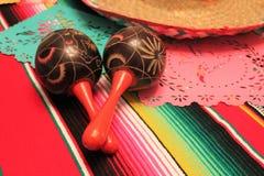 Empavesado de la decoración de Mayo del cinco de la fiesta del fondo de los maracas del sombrero del poncho de México imagen de archivo libre de regalías