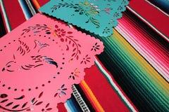 Empavesado de la decoración de Mayo del cinco de la fiesta del fondo del cráneo del sombrero del poncho de México fotografía de archivo libre de regalías