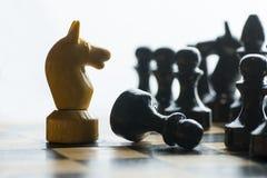 Empeño de la derrota de la batalla del ajedrez del movimiento del caballo imagenes de archivo