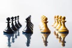 Empeños blancos y negros del ajedrez Imágenes de archivo libres de regalías