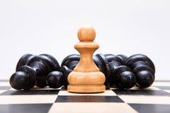Empeños blancos y negros en el tablero de ajedrez Fotos de archivo libres de regalías