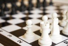 Empeños del ajedrez en el tablero de ajedrez Foto de archivo