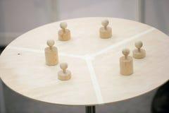 Empeños en la mesa redonda imagen de archivo