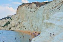 ПОРТУ EMPEDOCLE, ИТАЛИЯ - АВГУСТ 2015: Некоторые туристы в dei Turchi Scala пляжа, одном из самых красивых пляжей в Сицилии, o Стоковые Фотографии RF