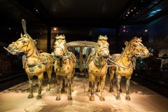 Emper Qin& x27; s赤土陶器战士和马博物馆 免版税库存照片