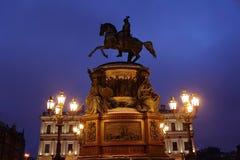 Empereur russe de sculpture sur le cheval à Pétersbourg Image libre de droits