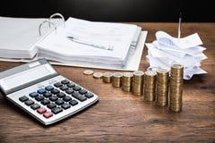Empfänge mit Taschenrechner und Geld Stockfotografie