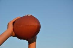 Empfänger, der einen amerikanischer Fußball-Durchlauf abfängt Lizenzfreie Stockfotos