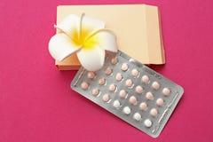 Empfängnisverhütende Pillen mit Blume Stockfoto