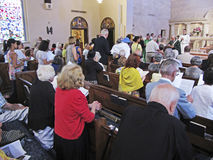 Empfangen der Gemeindemitglieder für Kommunion Lizenzfreie Stockbilder