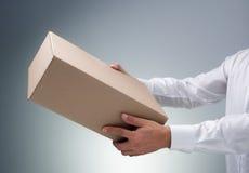 Empfangen eines Pakets lizenzfreie stockfotografie