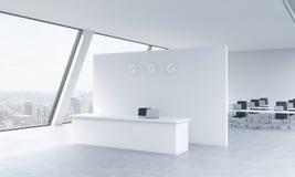 Empfangsbereich mit Uhren und Arbeitsplätze in einem hellen modernen offenen Raum lüpfen Büro Weiße Tabellen New- Yorkpanoramabli Lizenzfreie Stockfotografie
