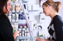 Empfangsdame, die mit einem Abnehmer spricht Lizenzfreies Stockbild
