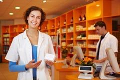 Empfehlende Droge des glücklichen Apothekers lizenzfreie stockfotos