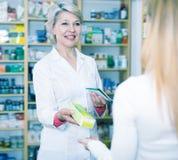 Empfehlende Pflegemittel des erwachsenen Verkäufers stockbild
