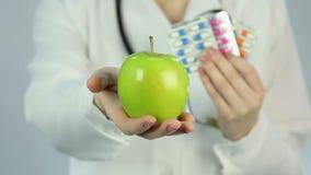 Empfehlender Patient des Facharztes, zum von Drogen durch gesunde Nahrung zu ersetzen stock video