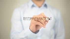 Empfehlungen, Mann-Schreiben auf transparentem Schirm Lizenzfreie Stockbilder