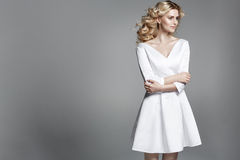Empfindliche blonde Dame mit einem blassen Teint Lizenzfreie Stockfotos