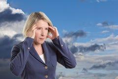 Empfindliche Frau des Wetters mit Kopfschmerzen stockfotos