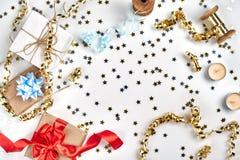 Empfindliche gewellte Bänder und metallische sternförmige Konfettis lokalisiert auf weißem Hintergrund Weihnachtsfeiertagsdekorat lizenzfreie stockfotos