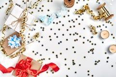 Empfindliche gewellte Bänder und metallische sternförmige Konfettis lokalisiert auf weißem Hintergrund Weihnachtsfeiertagsdekorat stockfoto