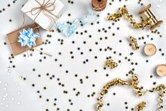 Empfindliche gewellte Bänder und metallische sternförmige Konfettis lokalisiert auf weißem Hintergrund Weihnachtsfeiertagsdekorat lizenzfreies stockbild