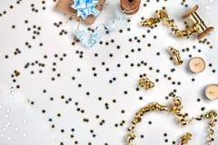 Empfindliche gewellte Bänder und metallische sternförmige Konfettis lokalisiert auf weißem Hintergrund Weihnachtsfeiertagsdekorat stockbild