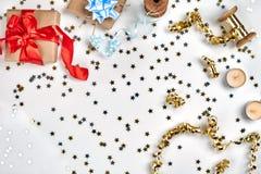 Empfindliche gewellte Bänder und metallische sternförmige Konfettis lokalisiert auf weißem Hintergrund Weihnachtsfeiertagsdekorat stockbilder