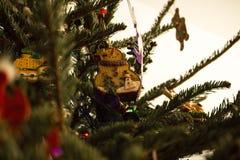Empfindliche hölzerne Schneemann-Weihnachtsverzierung stockfotografie