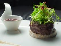 Empfindliche Medaillons des Kalbfleisches mit einer Soße Lizenzfreie Stockfotos