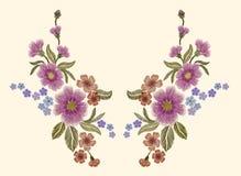 Empfindliche Rosarose und -knospen auf einem beige Hintergrund Lizenzfreie Stockfotos