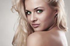 Empfindliche schöne blonde Frau frisur Salonsorgfalt Sexy junges Mädchen Glückliches junges Mädchen, das Taschen auf einem weißen Stockfotografie
