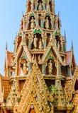 Empfindliche thailändische Kunstdachspitze des Tempels mit einigen Buddha-staues Lizenzfreies Stockfoto