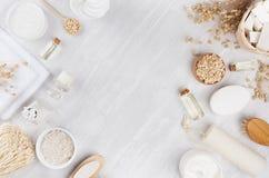 Empfindliche traditionelle rustikale beige Kosmetikprodukte für Körper und Hautpflege auf weißem hölzernem Brett, Rahmen, Draufsi stockfotos