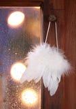 Empfindliche weiße Engelsflügel Stockfoto