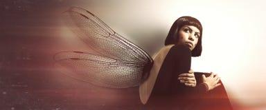 Empfindliche, weibliche Zerbrechlichkeit Junge Frau mit Flügeln Lizenzfreies Stockfoto