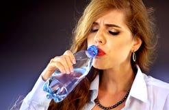 Empfindliche Zahnfrau, die kaltes Wasser von der Flasche trinkt Plötzliche Zahnschmerzen Lizenzfreies Stockfoto
