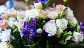 empfindlicher Blumenstrauß von bunten eustomas Rosa, purpurrote, weiße Eustomablume, belichtet durch Sonnenlicht stockfoto