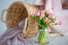 Empfindlicher Blumenstrauß von rosa Tulpen lizenzfreie stockfotos