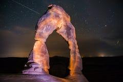Empfindlicher Bogen nachts gegen schönen nächtlichen Himmel Lizenzfreie Stockfotos