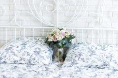 Empfindlicher Brautblumenstrauß auf einem Brautbett Lizenzfreies Stockfoto