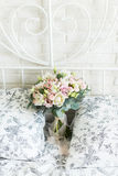 Empfindlicher Brautblumenstrauß auf einem Brautbett Lizenzfreie Stockfotos