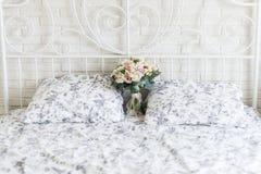 Empfindlicher Brautblumenstrauß auf einem Brautbett Stockfotos