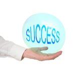 Empfindlicher Erfolg, Lebenkonzept, Metapher Die Hand des Mannes mit Blase Stockbild
