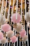 Empfindlicher rosa Leuchter von Farblampenbirnen auf Schwarzem, Nahaufnahmefoto Lizenzfreies Stockbild