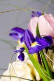 Empfindlicher schöner Blumenstrauß von Iris, von Rosen und von anderen Blumen herein Lizenzfreie Stockfotografie