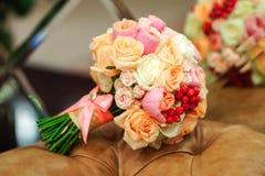 Empfindlicher schöner Brautbrautblumenstrauß liegt auf dem Lehnsessel stockfotos