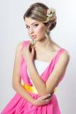 Empfindliches Bild eines Schönheitsmädchens mögen eine Braut mit heller Make-upfrisur mit Blumenrosen im Kopf Stockbilder